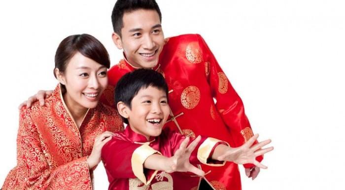 Китайская семья в традиционной одежде