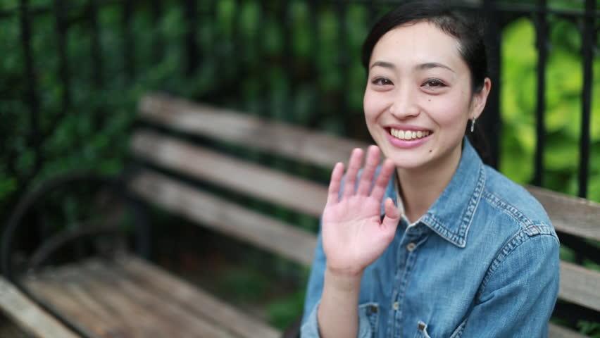 китаянка машет рукой