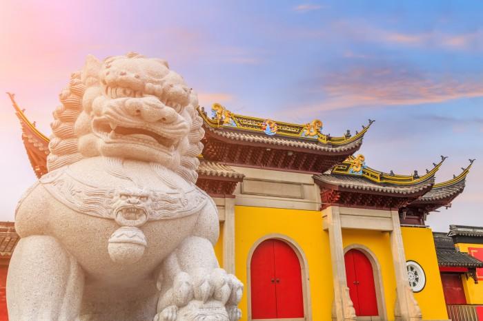 Буддистский храм на фоне заката