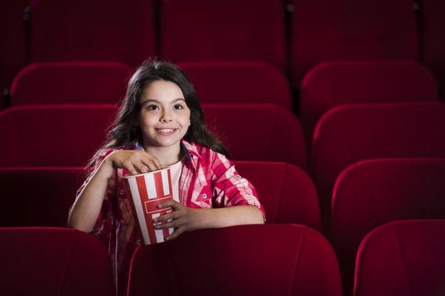 девочка смотрит кино